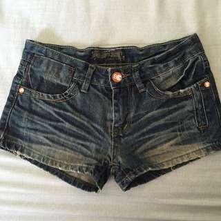 可愛造型鈕扣牛仔短褲