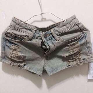 淺色刷破牛仔褲、熱褲