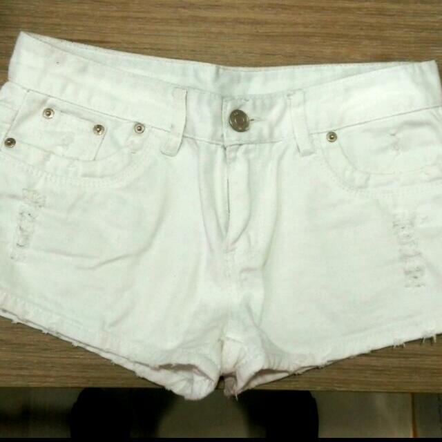 刷破白色短褲