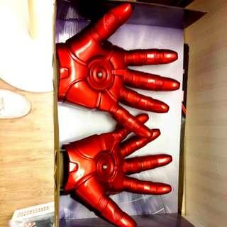 《芭辣夯貨》鋼鐵人手套 會發光