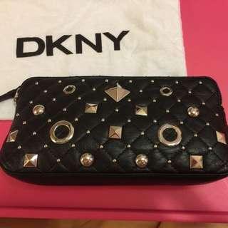 正品 DKNY 卯釘真皮手拿包✨