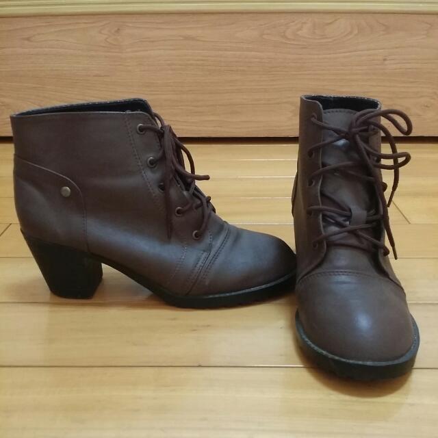 棕褐色高跟短靴