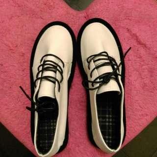 (保留中)(全新)白色平底鞋38號