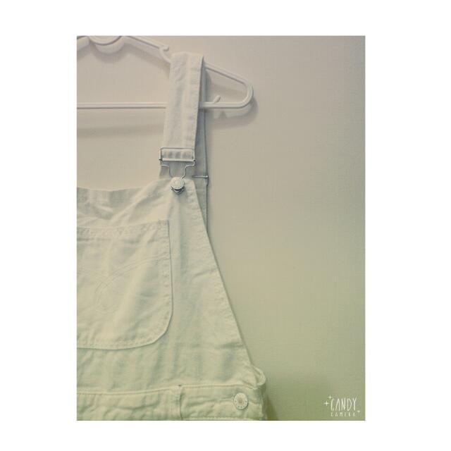 白色刷破男友吊帶褲