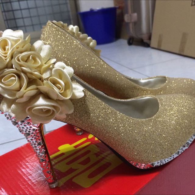 金黃色高跟鞋