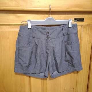 深灰色短褲