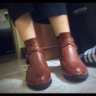 咖啡色皮革短靴