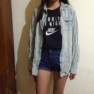 淺藍色牛仔襯衫
