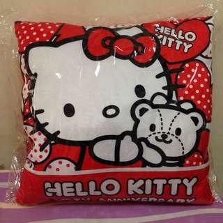 降⬇️含運✨HELLO KITTY40週年暖手抱枕