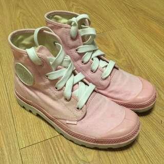 PALLADIUM 粉色短筒靴。