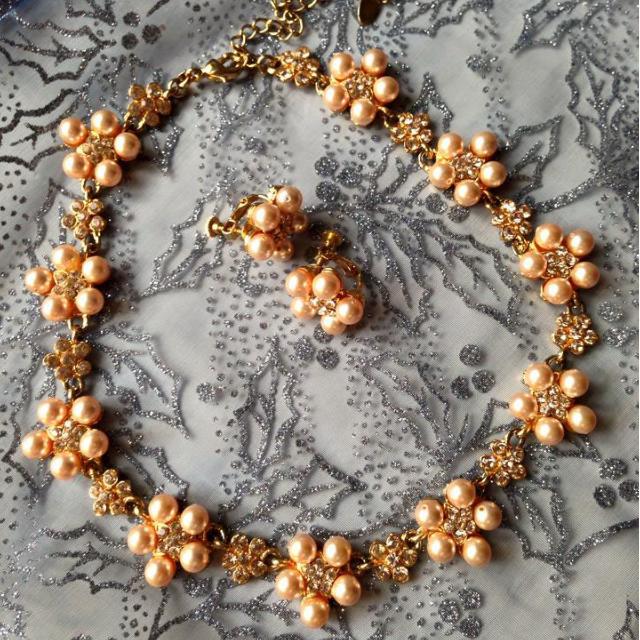 珍珠鑲金花朵頸鍊+耳環(夾式) / 優雅質感. 正式場合洋裝.晚禮服.新娘.新秘造型皆宜
