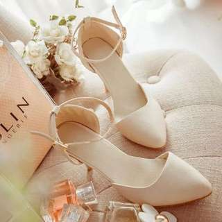 Pointed high-heeled shoes