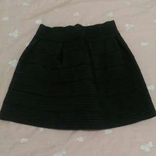 保留中黑色短裙