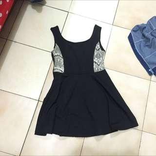 黑色洋裝旁有蕾絲滾邊