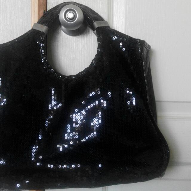 黑色時尚包,兩面不同造型(一面鱷魚壓面,一面亮片),保包包環扣有氧化