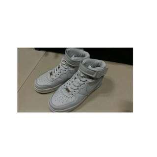白色Nike高筒版鞋