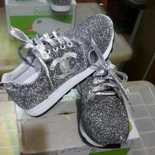 雙C亮眼銀色休閒鞋