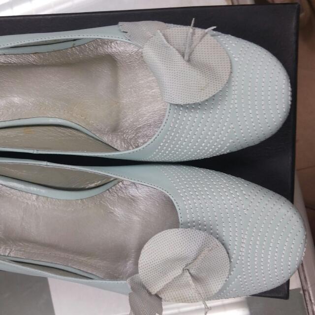 全新真皮粉藍色圓頭短跟包鞋