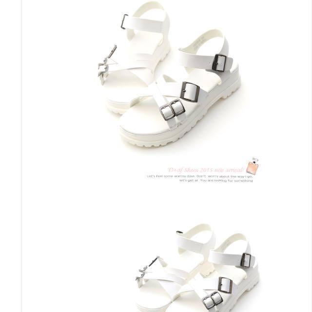 D+AF 酷感個性‧多釦環造型加厚底低跟涼鞋*休閒白