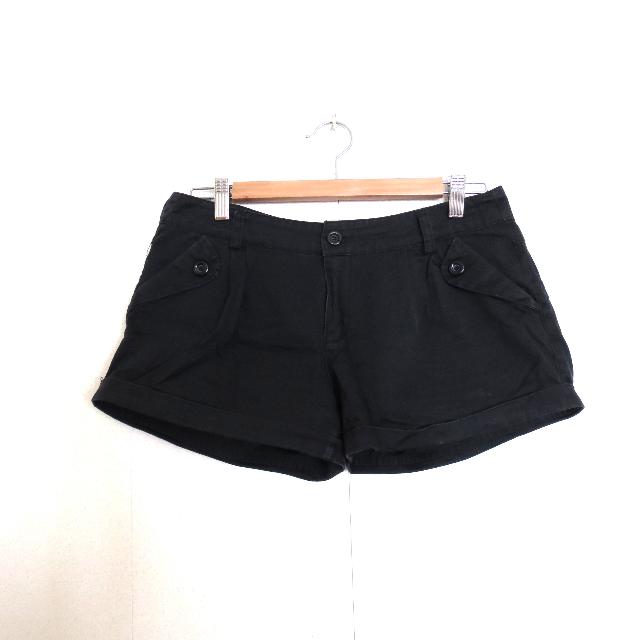 黑色短褲 $100