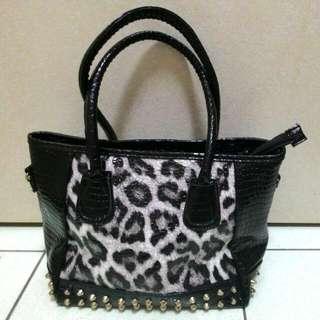 (含運299元)豹紋鉚釘亮面個性黑色手提包/肩背包