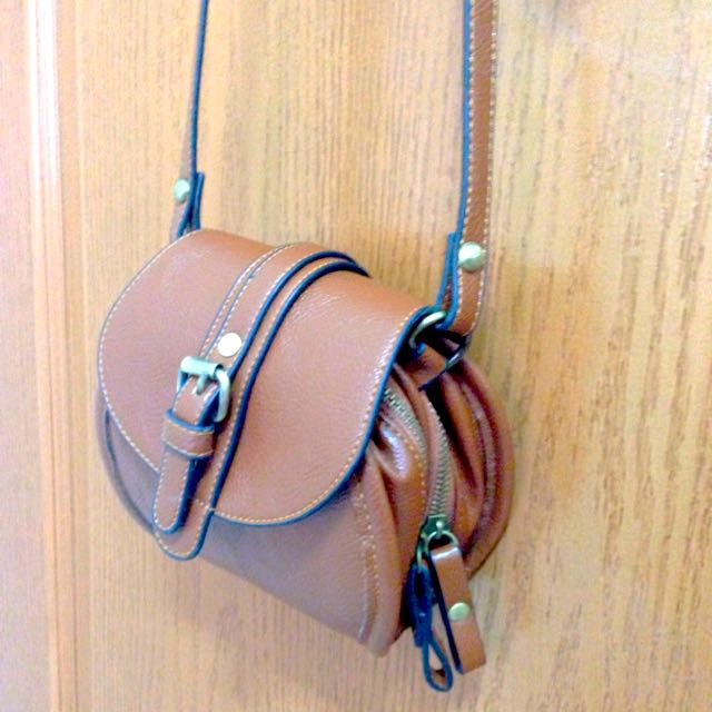 棕色圓形小側背包