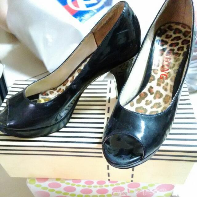 黑色露指高跟鞋