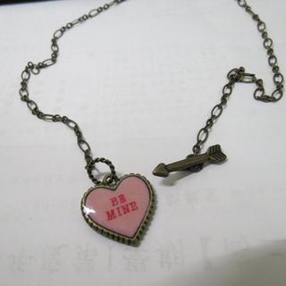 日本大牌katie 後刻字 AMO著用 獨家貫穿愛神邱比特設計項鍊  嫩粉色BE MINE