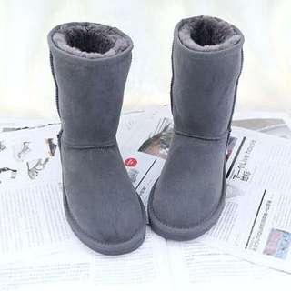 【Anna】牛皮羊毛~真皮5825 中筒 雪靴(灰色)《2雙免運》UGG太陽花底