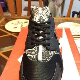 海外限定 WMNS Nike Huarache 725076-002 蛇鱗 蛇紋 黑