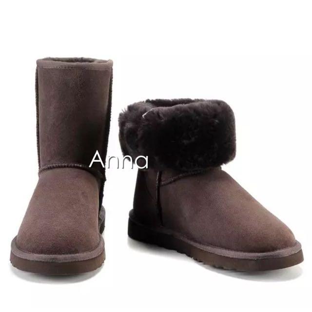 【Anna】牛皮羊毛~真皮5825 中筒 雪靴(巧克力色)《2雙免運》UGG太陽花底