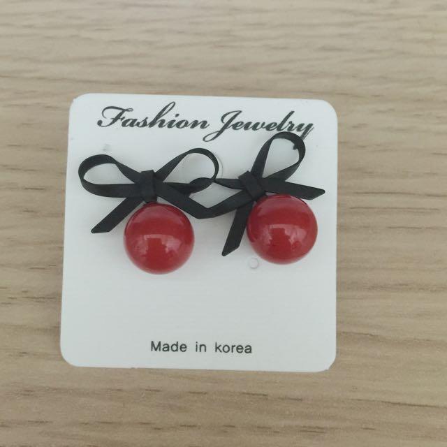 蝴蝶結佐紅珍珠耳環