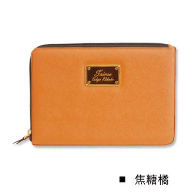 Saime 東京企劃 方塊波麗 LOGO 鐵牌質感 斜紋仿牛皮革自訂拉鍊 iPad mini 平板電腦包-焦糖橘