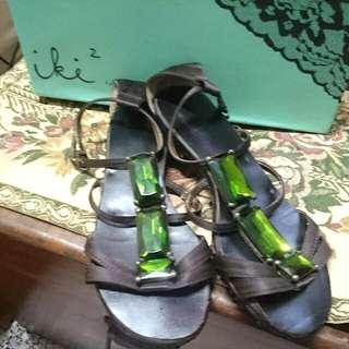 iki2.  緞面綠寶石涼鞋