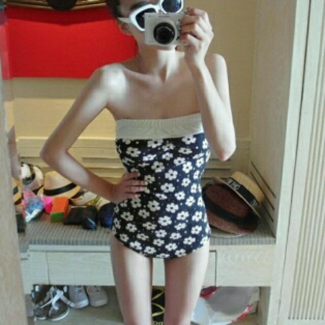 (出清390含郵)👙黑白小花朵甜美后背連身度假泳衣801462✈®_LADY