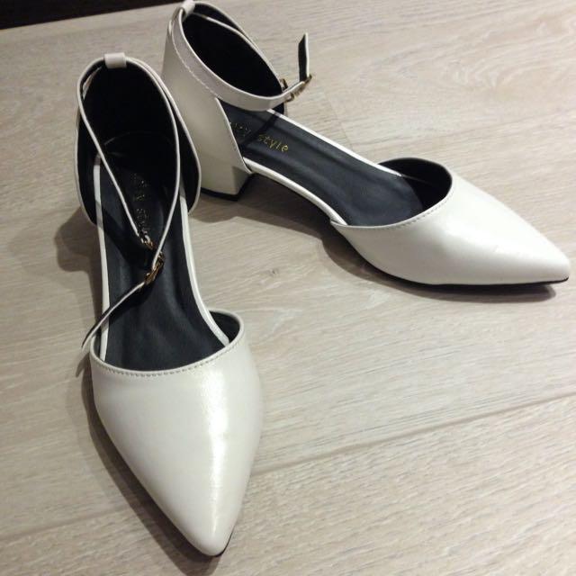 白色尖頭跟鞋