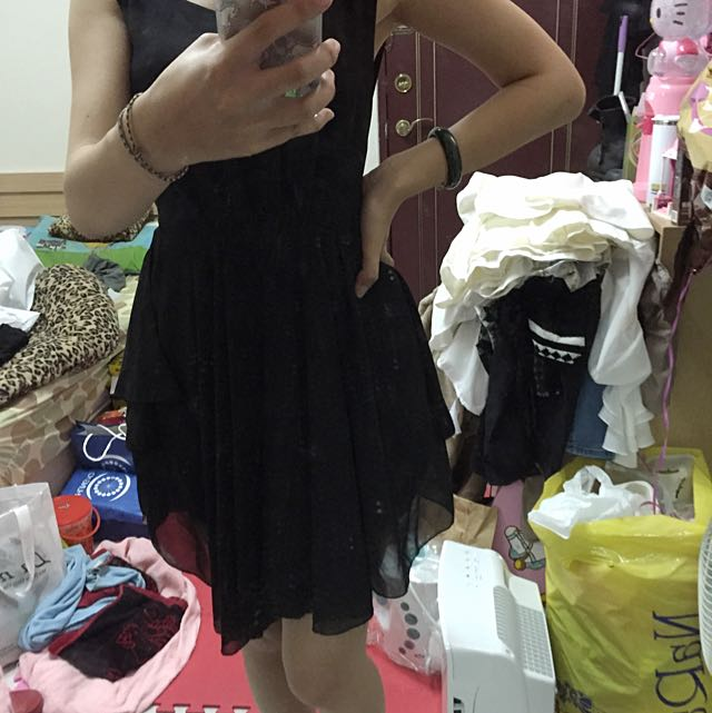 黑色露背洋裝