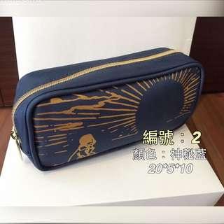 Agnes b 聯名國泰航空 商務艙。高質感過夜包、盥洗包、化妝包、萬用包、筆袋)❤️小B粉絲經典收藏❤️☺️編號2藍(燙金款$199),尺寸20*5*10(保留中)
