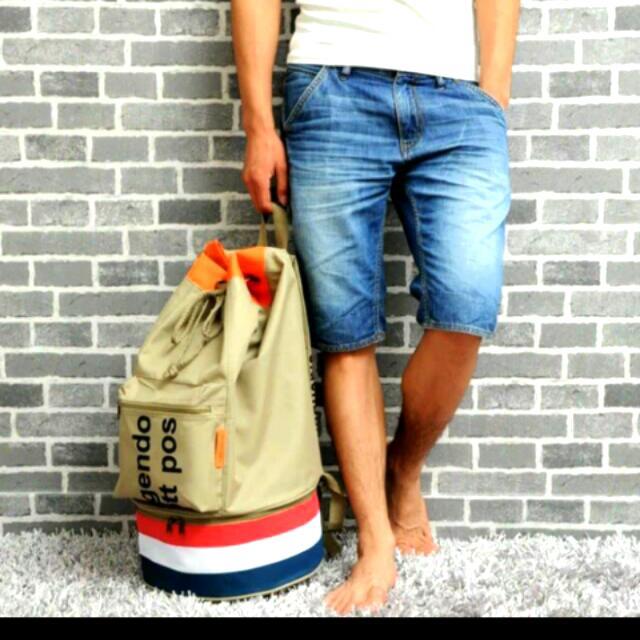 荷蘭品牌時尚實用大後背包 下面圓桶處可以收納鞋子