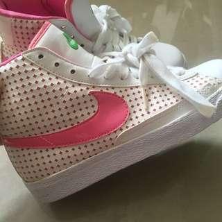 Nike 桃紅logo白高筒 女鞋 23.5 原價三千多