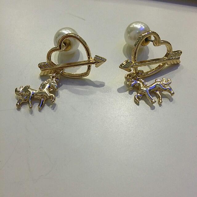 💘邱比特愛心珍珠小馬耳環