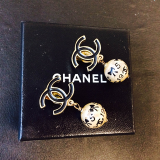 Price Reduced! Chanel Vintage 06A pearl drop clip-on earrings