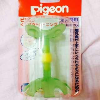 全新 Pigeon 貝親 小花固齒 咬環器 咬牙器 綠色小花 咬環唇齒訓練