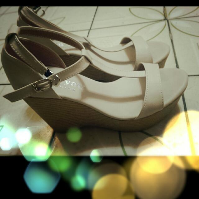杏色楔形鞋