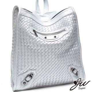 銀色編織後背包。銀色