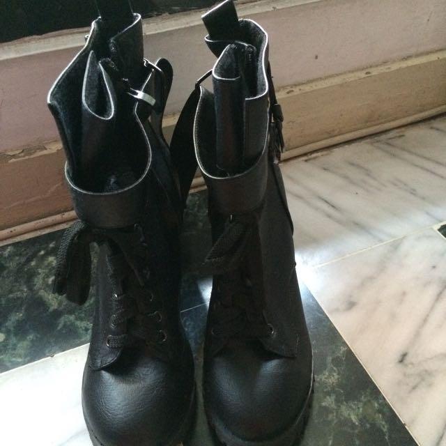 黑色高跟拉鍊靴