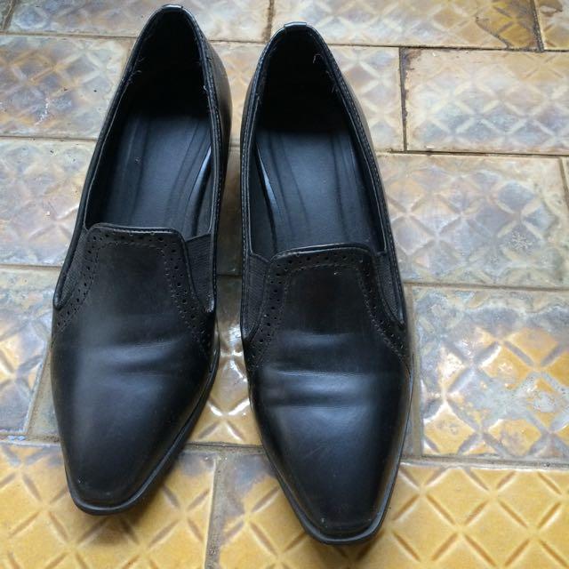 黑色小低跟皮鞋