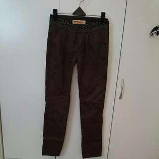 全新。斜口袋打摺褲,深咖啡色。S,