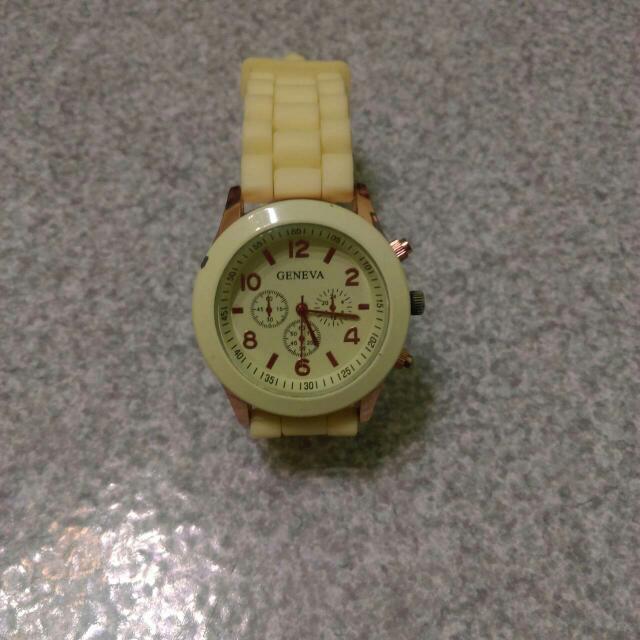 淺黃色手錶