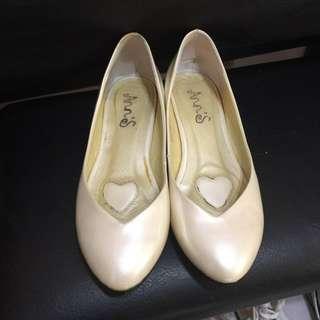 Ann's 珍珠白氣質質感低跟微尖v口鞋